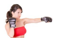 Θηλυκός μαχητής MMA που εκπαιδεύει το άσπρο υπόβαθρο Στοκ Φωτογραφίες