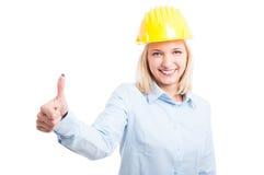 Θηλυκός μηχανικός που παρουσιάζει όπως τη χειρονομία και το χαμόγελο Στοκ Εικόνα