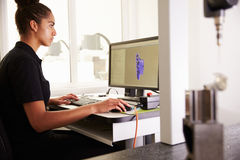 Θηλυκός μηχανικός που χρησιμοποιεί το σύστημα CAD για να εργαστεί στο συστατικό στοκ εικόνες