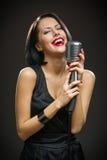 Θηλυκός μουσικός με τις ιδιαίτερες προσοχές που κρατούν mic Στοκ Φωτογραφίες