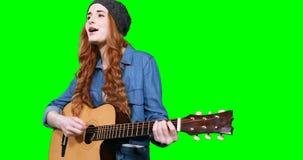 Θηλυκός μουσικός που τραγουδά παίζοντας την κιθάρα φιλμ μικρού μήκους
