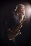 Θηλυκός μουσικός τζαζ που παίζει ένα saxophone Στοκ εικόνα με δικαίωμα ελεύθερης χρήσης