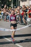 Θηλυκός νικητής αθλητών του μαραθωνίου στοκ εικόνες