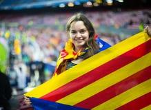 Θηλυκός οπαδός ποδοσφαίρου με τη σημαία Στοκ φωτογραφία με δικαίωμα ελεύθερης χρήσης