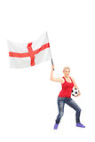 Θηλυκός οπαδός ποδοσφαίρου που κυματίζει μια αγγλική σημαία Στοκ Εικόνες