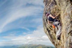 Θηλυκός ορειβάτης βράχου στον απότομο overhanging απότομο βράχο βράχου Στοκ Εικόνες