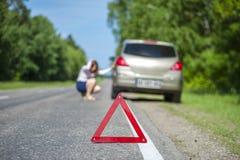 Θηλυκός οδηγός που αναλύει στο δρόμο Στοκ φωτογραφίες με δικαίωμα ελεύθερης χρήσης