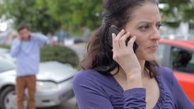 Θηλυκός οδηγός που κάνει το τηλεφώνημα μετά από το τροχαίο ατύχημα απόθεμα βίντεο