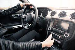 Θηλυκός οδηγός στο αθλητικό αυτοκίνητο Στοκ Φωτογραφία