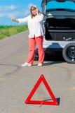 Θηλυκός οδηγός στο δρόμο που ζητά τη βοήθεια Στοκ εικόνα με δικαίωμα ελεύθερης χρήσης