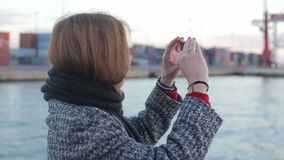 Θηλυκός πάρτε τη φωτογραφία της υποδομής λιμένων στη γέφυρα της βάρκας απόθεμα βίντεο