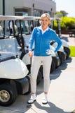 Θηλυκός παίκτης γκολφ εκτός από το γκολφ με λάθη Στοκ Εικόνες