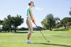 Θηλυκός παίκτης γκολφ που παίρνει έναν πυροβολισμό Στοκ εικόνες με δικαίωμα ελεύθερης χρήσης