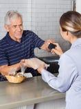 Θηλυκός πελάτης που κάνει την πληρωμή με πιστωτική κάρτα στοκ φωτογραφίες με δικαίωμα ελεύθερης χρήσης