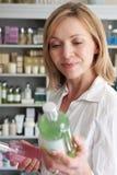 Θηλυκός πελάτης στο κατάστημα που επιλέγει τα προϊόντα ομορφιάς Στοκ Εικόνα