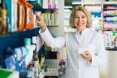Θηλυκός πελάτης στο φαρμακείο φαρμακείων στοκ φωτογραφίες