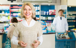Θηλυκός πελάτης στο φαρμακείο φαρμακείων στοκ φωτογραφίες με δικαίωμα ελεύθερης χρήσης
