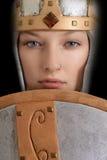 Θηλυκός πολεμιστής κινηματογραφήσεων σε πρώτο πλάνο με το κράνος και την ασπίδα Στοκ φωτογραφίες με δικαίωμα ελεύθερης χρήσης