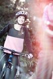Θηλυκός ποδηλάτης με το ποδήλατο βουνών στην επαρχία Στοκ εικόνα με δικαίωμα ελεύθερης χρήσης