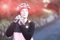 Θηλυκός ποδηλάτης που φορά το κράνος ποδηλάτων Στοκ Φωτογραφία
