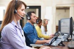 Θηλυκός πράκτορας εξυπηρετήσεων πελατών στο κέντρο κλήσης στοκ εικόνες