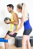 Θηλυκός προπονητής που βοηθά με την άσκηση Στοκ Εικόνα