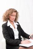 Θηλυκός προϊστάμενος με το ημερολόγιο και το smartphone Στοκ φωτογραφία με δικαίωμα ελεύθερης χρήσης