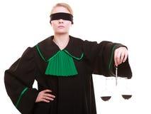 Θηλυκός πληρεξούσιος δικηγόρων στην κλασική εσθήτα και τις κλίμακες στιλβωτικής ουσίας μαύρη πράσινη Στοκ Εικόνα
