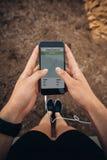 Θηλυκός δρομέας που χρησιμοποιεί μια ικανότητα app στο κινητό τηλέφωνό της Στοκ εικόνα με δικαίωμα ελεύθερης χρήσης