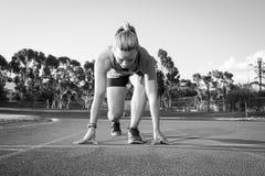 Θηλυκός δρομέας σε μια διαδρομή αθλητισμού Στοκ Φωτογραφία