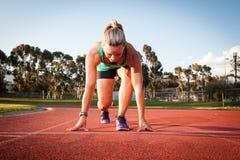 Θηλυκός δρομέας σε μια διαδρομή αθλητισμού Στοκ Φωτογραφίες