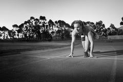 Θηλυκός δρομέας σε μια διαδρομή αθλητισμού Στοκ εικόνα με δικαίωμα ελεύθερης χρήσης