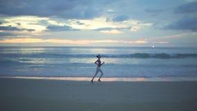 Θηλυκός δρομέας στο τρέξιμο βραδιού απόθεμα βίντεο