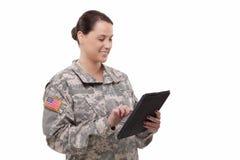Θηλυκός στρατιώτης με την ψηφιακή ταμπλέτα στοκ εικόνες