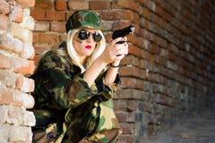 Θηλυκός στρατιώτης με το πυροβόλο όπλο Στοκ Φωτογραφίες