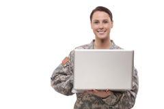 Θηλυκός στρατιώτης που χρησιμοποιεί το lap-top Στοκ φωτογραφία με δικαίωμα ελεύθερης χρήσης