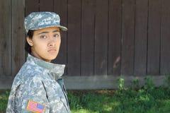 Θηλυκός στρατιώτης στο υπόβαθρο φύσης στοκ εικόνες