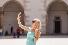 Θηλυκός ταξιδιώτης στο υπόβαθρο Arcades σε Wawel Castle στην Κρακοβία Στοκ Φωτογραφίες