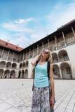 Θηλυκός ταξιδιώτης στο υπόβαθρο Arcades σε Wawel Castle στην Κρακοβία Στοκ φωτογραφίες με δικαίωμα ελεύθερης χρήσης