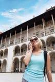 Θηλυκός ταξιδιώτης στο υπόβαθρο Arcades σε Wawel Castle στην Κρακοβία Στοκ Φωτογραφία