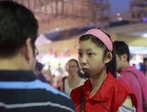 Θηλυκός ταϊβανικός αγοράζοντας οδηγός Στοκ εικόνα με δικαίωμα ελεύθερης χρήσης