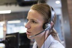 Θηλυκός τηλεφωνικός χειριστής υποστήριξης Στοκ Φωτογραφία