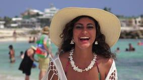 Θηλυκός τουρίστας που κυματίζει και που χτυπά απόθεμα βίντεο