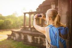 Θηλυκός τουρίστας που παίρνει την εικόνα του Angkor Wat στην Καμπότζη Στοκ Φωτογραφία