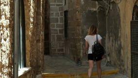 Θηλυκός τουρίστας που περπατά εξερευνώντας τις παλαιές οδούς φιλμ μικρού μήκους