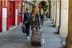 Θηλυκός τουρίστας που τραβά την τσάντα ταξιδιού στο δήμαρχο Plaza στοκ εικόνα με δικαίωμα ελεύθερης χρήσης