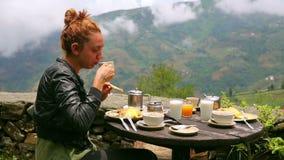 Θηλυκός τουρίστας που τρώει το πρόγευμα απόθεμα βίντεο
