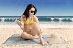 Θηλυκός τουρίστας που χρησιμοποιεί την κρέμα ήλιων Στοκ φωτογραφία με δικαίωμα ελεύθερης χρήσης
