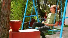 Θηλυκός τουρίστας στον καφέ κατανάλωσης ταλάντευσης απόθεμα βίντεο