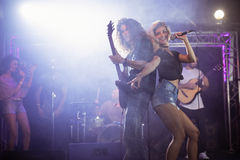 Θηλυκός τραγουδιστής με τον αρσενικό κιθαρίστα που αποδίδει στο νυχτερινό κέντρο διασκέδασης Στοκ φωτογραφία με δικαίωμα ελεύθερης χρήσης